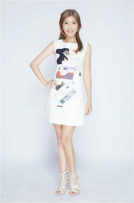 黄嘉千小白裙尽显优雅