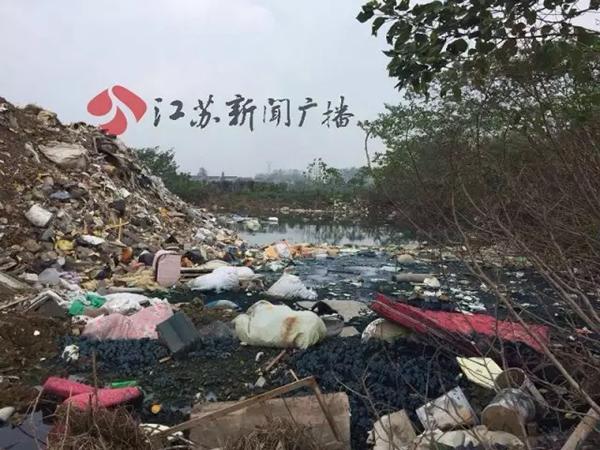 此处填埋场已运营近两年半,对于掺杂进来的化工垃圾究竟是怎么运进来的,谁运进来的,究竟倾倒偷埋了多少化工垃圾?付腾表示,绿环公司只负责现场取样管理,不具体运输垃圾,所以倒查有难度。