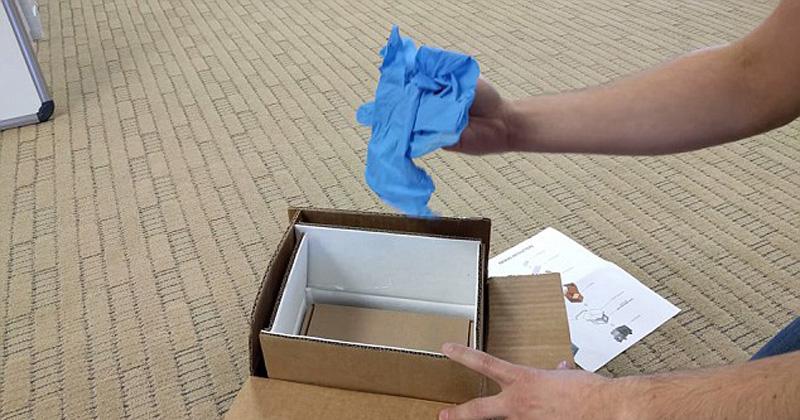 """三星寄发的防火""""回收箱""""包括各种型号的盒子和防护袋。内盒配有陶瓷纤维衬里,三星称必须使用防护手套。(网页截图)"""