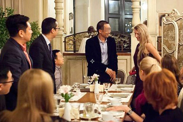 每日邮报2016年10月12日报道,近日,在俄罗斯khabarovsk市,有一家俄罗斯婚介所组织了一场相亲会。创始人邀请了8名中国单身的富商,他们花费千磅即可参加这次相亲会。这些富商大多来自北上广深和相关,最小的25岁,最大46岁,经济条件优秀。