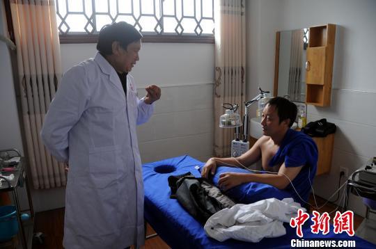 祁万新用质优价廉的中医疗法为患者诊治 黄魁 摄