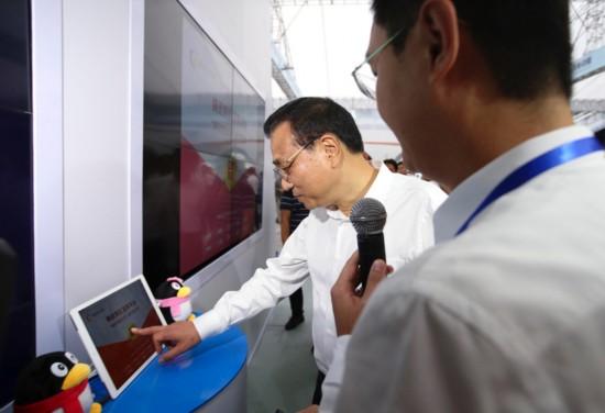 """来到腾讯展台前,应公司创始人马化腾邀请,点击触屏为创业者""""发红包""""图片"""