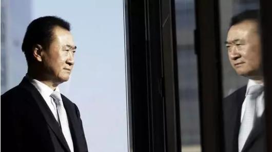 62岁的王健林及其家族以2150亿财富第三次成为中国首富,这是胡润百富榜18年来才第2位累计三次成为首富的企业家。