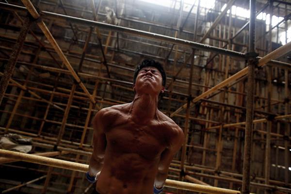 2016年9月28日,福建泉州附近的黄山村,石神伟以脚手架为单杠,进行健身训练。