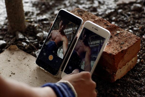 9月28日,福建泉州附近,石神伟用砖块支撑起手机,为稍后的健身训练视频录像做准备。