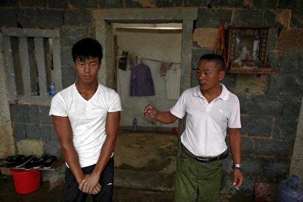 9月28日,福建泉州附近,工地简陋的宿舍内,石神伟在听叔父兼工头石立家(音)训话。