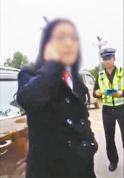 10月12日,一则段视频传播于收集。据云南网报导,10月10日在云南昭通,一名身穿法院作业服的男子因违规泊车形成路线梗塞后与交警发作吵嘴,乃至启齿痛骂,交警在被骂后略显无法地说:法院的我惹不起,躲得起行不可。