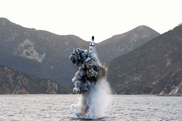 朝鲜试验潜射弹道导弹发射。视觉国家 材料