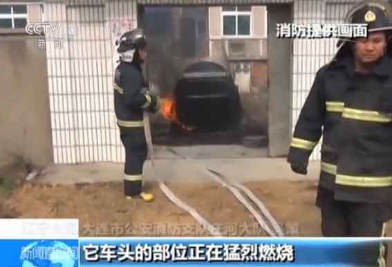 大连市公安消防支队庄河大队 吴策:到了现场后我们发现起火的轿车是一辆国产的老式轿车,它车头的部位正在猛烈燃烧。