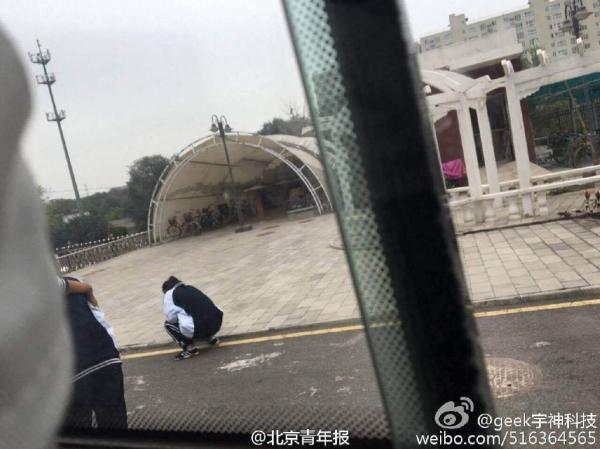北京教诲学院房山试验学校多名门生呈现吐逆腹泻的病症。 @北京青年报 图