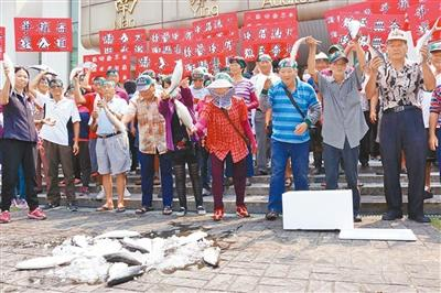近百位渔民带着本人辛劳饲养的虱目鱼到台南市当局陈情反对。