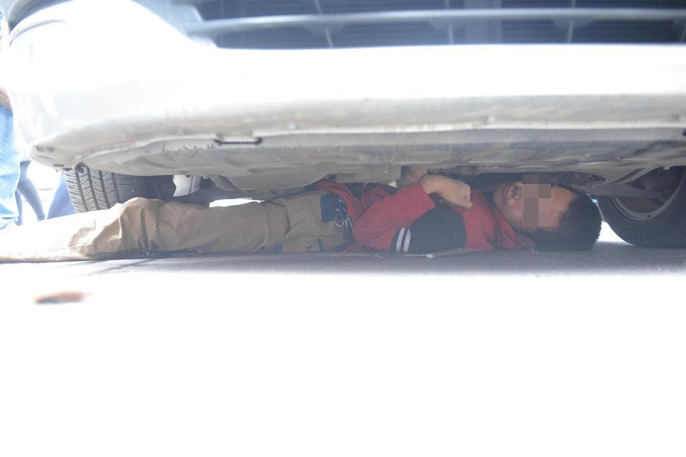 """10月13日上午九点左右,湖南株洲石宋路,市民贾先生驾车从石宋路转入制镜路时,一名红衣男子突然撞上他的车,并钻进车底,称""""不拿3000元,不出来""""。(图/东方IC)"""