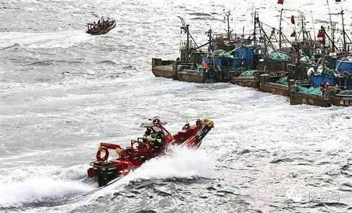 原文配图:10月7日,在韩国西部海域,一艘中国渔船撞沉一艘韩国海警船后逃逸。