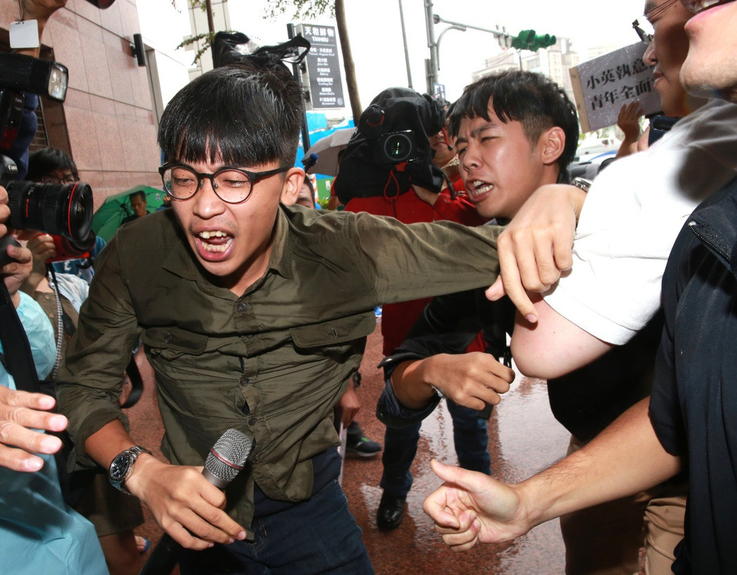抗议蔡英文执意砍7天假 台湾40多青年团体直捣民进党部