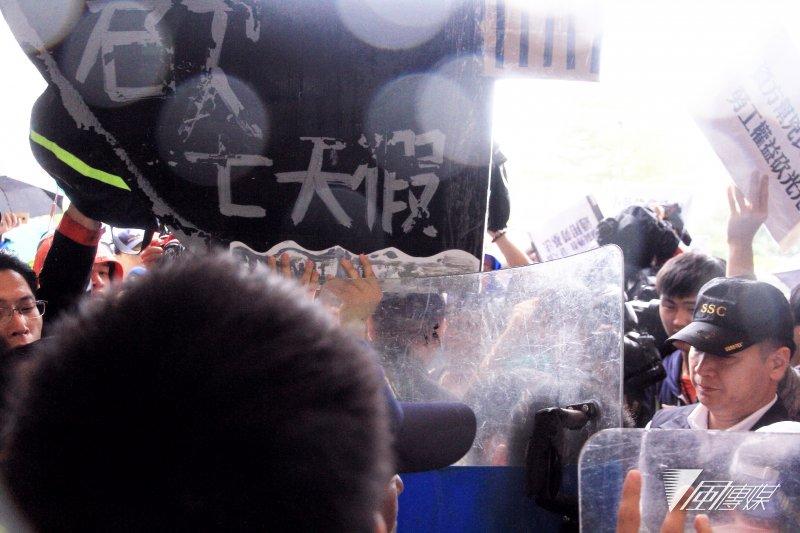 台湾40多青年团体直捣民进党部,图片来自台媒,下同