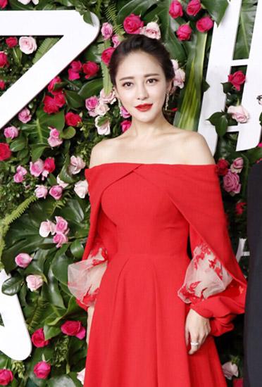 樊蕊_樊蕊优雅红裙斗艳 笑称:穿多不怕走光