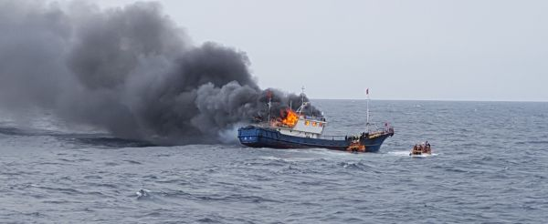 资料图片:这是9月29日在全罗南道新安郡附近海域拍摄的起火的中国渔船。据韩联社援引韩国木浦海洋警备安全署的消息报道,一艘中国漂网渔船29日上午在韩国海域起火,3名船员死亡。 新华社发