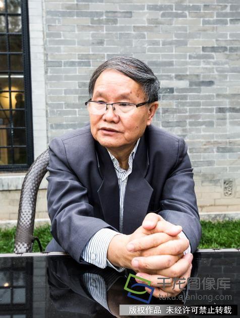 10月12日,北京市作协副主席、一级作家刘庆邦参加十月文学院揭牌仪式,并接受千龙网记者专访。千龙网实习记者 许珠珠摄