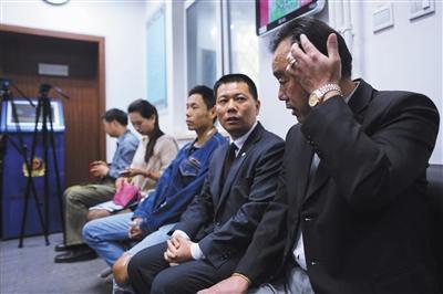 昨日,前门派出所,第一批领取居住证的五人在等待。