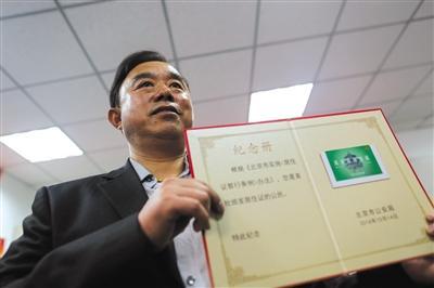 第一位领到北京市居住证的吴先生,来自江苏。