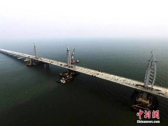 """过了10公里左右非通航孔桥,到了青州航道桥。该桥的两塔为剪刀撑钢结构""""中国结""""造型。之后再行驶几公里,就是西人工岛。"""