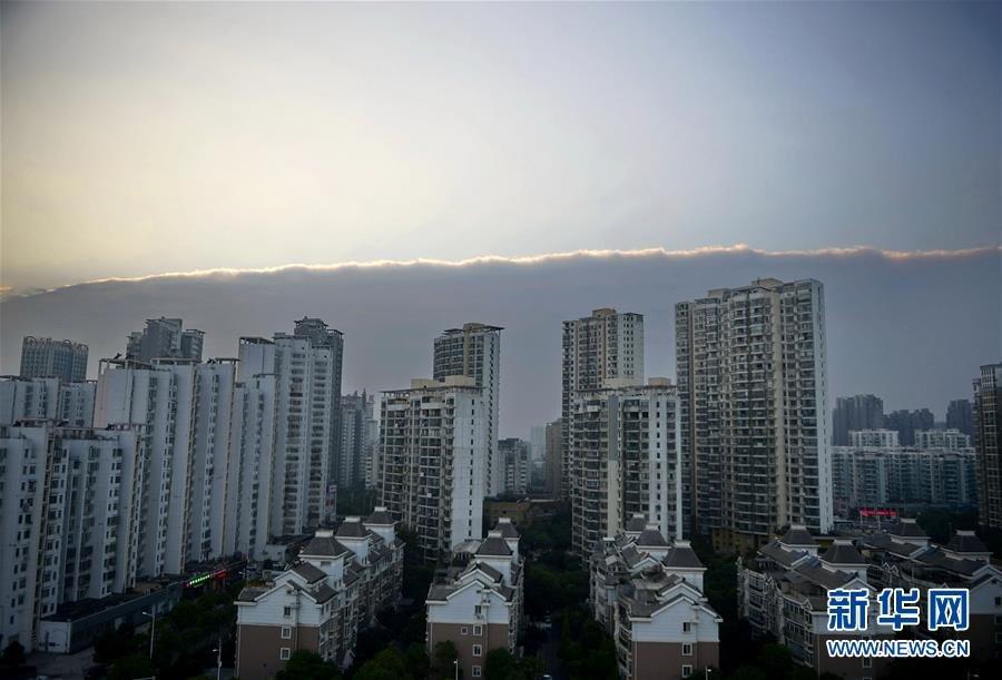 10月15日,南昌红谷滩上空,天空被一分为二。新华社记者 周密 摄