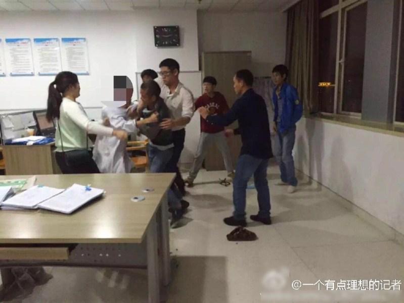据常德公安、微博@一个有点理想的记者 消息,2016年10月15日凌晨两点左右,湖南省常德市第一人民医院发生医疗纠纷,陈医生被家属围殴致伤。