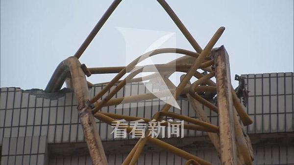 而被吊臂砸中的建筑为钢混结构,据了解,是上海音乐学院零陵路校区的一