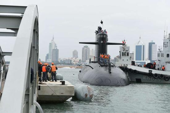 10月15日,已经退出现役的我国首艘核潜艇在拖船的拖带下,靠泊在位于青岛的海军博物馆码头。