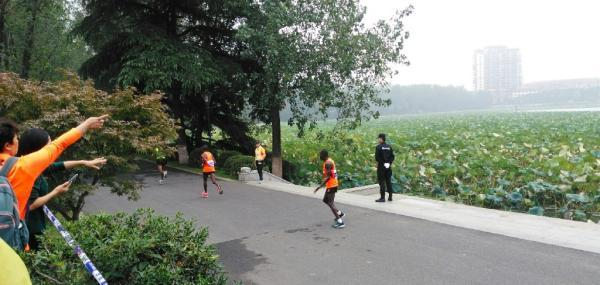 跑错路的非洲特邀跑者。