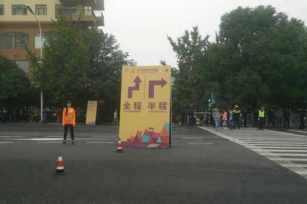 南京马拉松在半马和全马分岔路口给出的指示图。