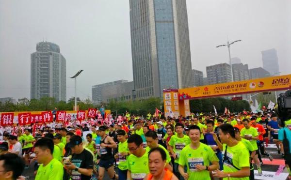 """南京马拉松""""非洲兄弟""""跑迷路 吐槽段子变现实"""
