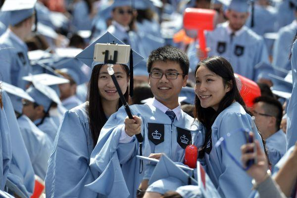 材料图:国家留门生在美国哥伦比亚大学结业典礼上自拍。 新华社记者 王雷 摄