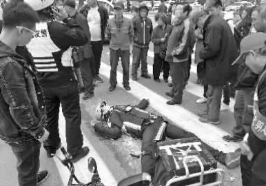外卖小哥躺在地上不起来 新文化记者 王跃 摄