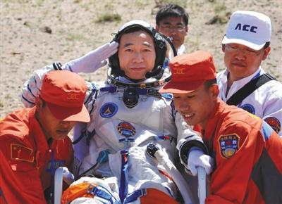 2012年6月29日上午,神舟九号飞船成功着陆,航天员景海鹏出舱。图/视觉中国