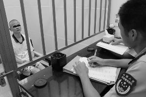 犯罪嫌疑人纪某在接爱审讯。通讯员供图