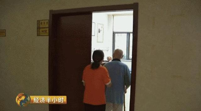 自从2014年10月住进这家养老院之后,俞富春老人就坚持每周做五到六天针灸和理疗,并按照医生的要求每天按时吃药。房间里都有呼叫铃,一旦有什么需要,就可以呼叫护理员过来帮忙。