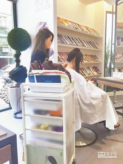 美发及美体美容业也是考察中的低薪职业。(台湾《中时电子报》材料照/廖佩妤 摄)