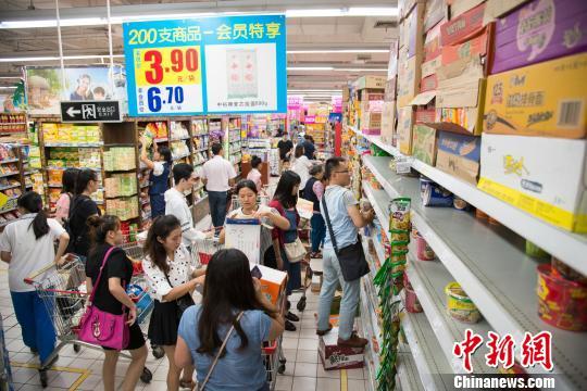 图为17日,海口市民在超市内购买方便面等物资。 洪坚鹏 摄