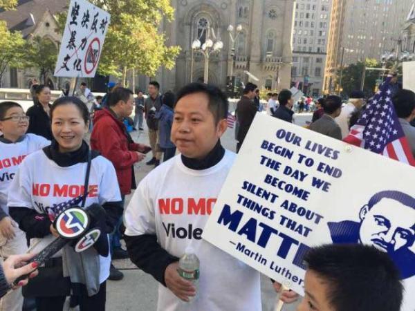 费城民众游行抗议嘻哈歌手YG煽动抢劫华裔。 网页截图
