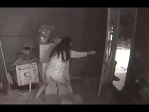 当地时间9月16日凌晨4点左右,美籍华裔女子陈凤珠持枪勇斗入室劫匪、以一敌三击退悍匪。 视频截图