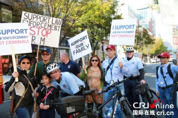 路过的美国人都认为公开携枪游行很正常,并不会感到诧异。 大费城华人枪友会供图
