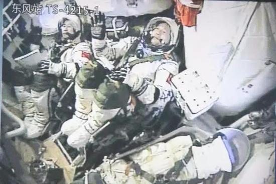 """原来,航天员和我们一样,也是活生生的人(废话),不过相信此时此刻,作为初上太空的陈冬,也只有这个""""爽""""字才能概括他内心的感受了。"""