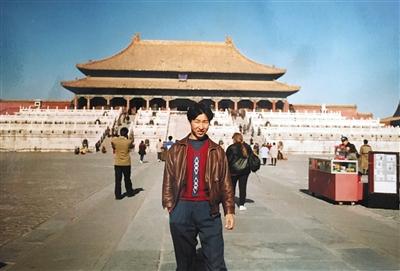 周炳耀年青时到故宫旅行。