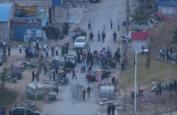 5月10日,河南郑州,惠济区薛岗村拆迁户范华培持刀捅死3人,捅伤1人。警方赶到后将其击毙。 视觉中国 资料