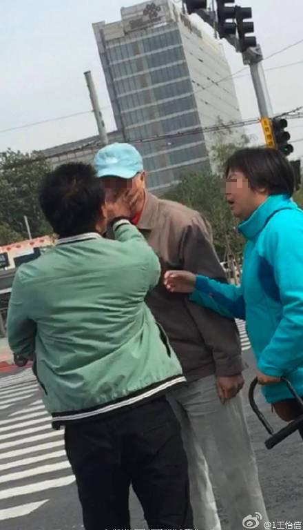 网曝女子骑车撞倒并殴伤白叟。 @1王怡信 图