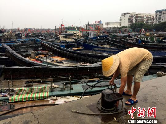 渔民正在加固渔船。 翟李强 摄