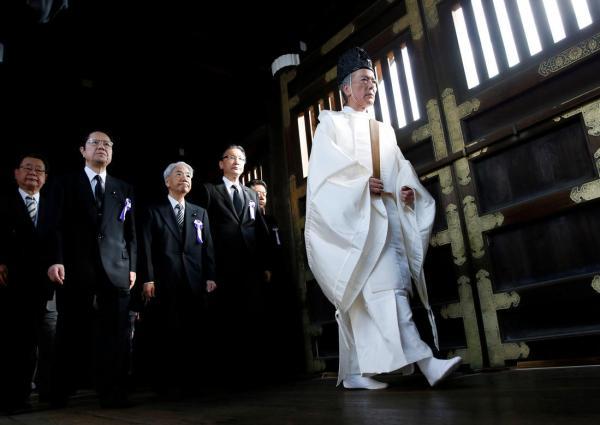"""10月18日上午,日本跨党派国集会员集团""""约80名国集会员参拜了供奉有二战甲级战犯的靖国神社。"""