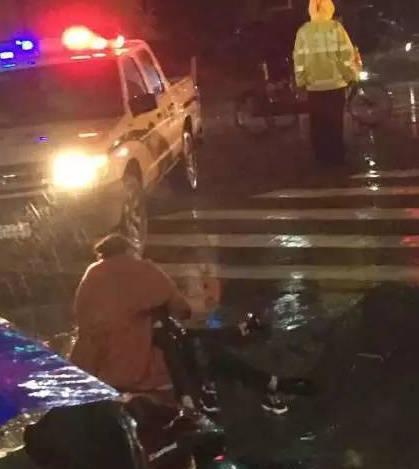温州苍南县一名5分pk10停车时因操作不当撞死儿子,图为事发现场。微博 图