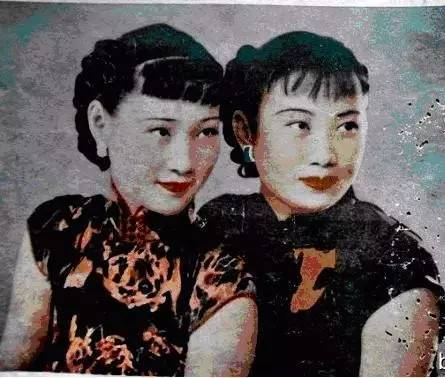 三十年代徐来与胡蝶(右)的珍贵合影对于如此重量级的人物前来投靠,汪伪和日本方面都表示热烈欢迎。为了把戏扮演的更足,唐生明的哥哥唐生智将军在报纸上公开发表了与他脱离关系的声明。唐生明从此以后,带着他的美艳妻子,混迹在南京和上海的各种高层社交场合。他出手阔绰,一掷千金,他讲究享受,热衷于打麻将、跳舞、酒场。徐来牌技极高,她通过各种牌场和酒场,很快跟汪精卫老婆陈璧君、陈公博情妇莫国康、周佛海老婆杨淑慧混得厮熟,并通过跟她们的攀谈,获得了不少机密情报。